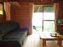 本館洋室も木の温かみあるウッディなお部屋