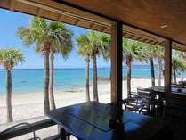 海風が気持ち良いレストランのテラス席。朝食時もご利用いただけます。