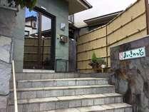 入口玄関です。別館にはねこカフェとペットホテルが併設されています。