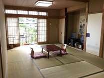 純和室のお部屋です。部屋にはトイレ、洗面台が付いています。