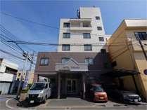 JR宮崎駅より徒歩約15分、バス停にも近く宮崎空港より車で約20分という好アクセスな立地となります。