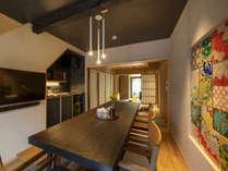 はなつめ 壁の九谷焼をモチーフにしたタイルの飾りが鮮やかなダイニング。キッチンでは自炊も可能。