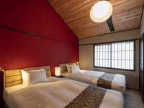はなつめ 九谷焼の赤をイメージした壁が特徴的なベットルーム。和とモダンが融合した空間です。
