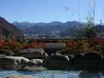 紅葉と秋の谷川連峰。