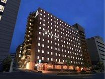 京都駅八条東口から徒歩2分。敷地内有料駐車場あり(先着順)
