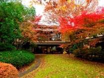 朱に染まる中庭は人気の写真スポット