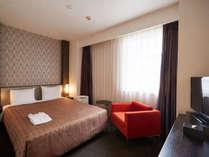 ・【スタンダードシングル】シングルルームでもクイーンサイズのベッドを独り占め。