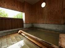 源泉かけ流しの天然温泉。自分たちだけでゆったりのんびり。湯船を独占して水入らずの時を…。