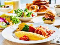 ◇焼き立てのオムレツやお肉がジューシーな舞浜スマイルバーガー等、和洋バイキング朝食(イメージ)