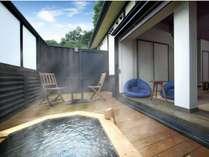 別館月あかり「宵待」ウッドデッキに設けられた檜框の露天風呂
