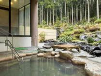 幻想的な露天風呂。2種の混合泉は福井県内でも唯一。美人の湯としても人気です!