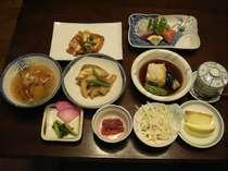 食事は和食を主に自家栽培の魚沼コシヒカリ、野菜を使用(一例)