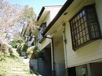 斜面を利用した連棟式の貸別荘です