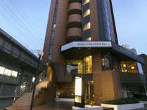 ★当館外観★西明石駅のすぐそば!新幹線の線路を目印にお進みください