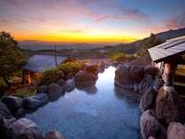 わいたで最も高台にある混浴露天風呂は標高約800m。巨岩が目隠しになるため安心。