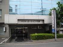 エントランス。駐車場は要予約(1泊1000円)。台数は5台。高さ制限あり。