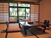 楓を臨むあたたかみのある和室8~10畳【定員4名】一例