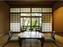 静かな時間の流れる自然に囲まれた客室