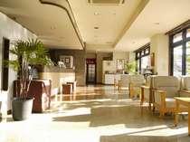 広く開放的なロビー・セルフカフェ、PCコーナーがあります。