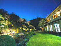 ライトアップされた幻想的で広大な庭園を一望に眺めれるのも当館ならでは♪全室から楽しめます