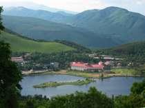 【夏】白樺湖に佇むホテル全景