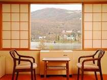 【秋】和室の広縁から白樺湖を望む(一例)