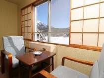 【冬】和室の広縁から雪景色の白樺湖を望む(一例)