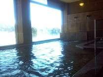 豊富な湯量の温泉大浴場。身体が芯から温まります。