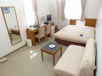 一番のお勧めのダブルルーム。ソファーつき・角部屋。全室個別空調、ウォッシュレット