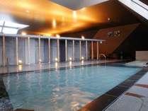 お風呂の施設は全長90m。寝湯、立ち湯、ジャグジー、露天など様々なお風呂が並びます。