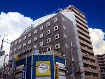 JR塚本駅は小さな駅ですからホームから改札口まですぐ。東口からホテルへも徒歩で約1分。