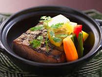 和牛ヒレ肉のステーキ。ボリューム満点の柔らかいお肉をステーキで