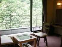 各部屋には景色をゆっくりと味わうための椅子を設けてあります。