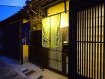 京都駅から徒歩10分。近くには大型ショッピングモールもあり、便利な立地です。