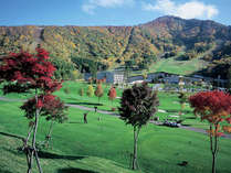 【ゴルフコース】紅葉の山々に囲まれて、ナイスショット!