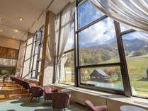 ロビーの大きな窓からは斑尾山の秋景色が広がります。
