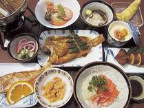 【夕食】積丹のウニやイカなど、新鮮な魚介を使用した約11品の夕食(一例)