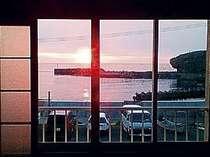 お部屋からは、日本海に沈む夕日を一望できます