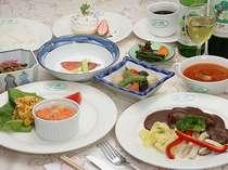 和洋折衷のコース料理はボリュームも満点。新鮮野菜もうれしい!