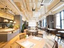 ■朝食レストラン■天井が高い店内は大きな窓から光が差し込む