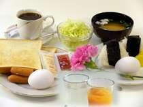 軽朝食(おにぎりセットorトストセット)コーヒー、オレンジジュース等飲み放題