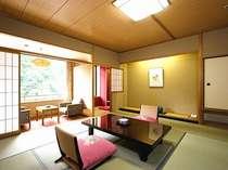渓流向きの12畳和室一例。自然の美しさと旅館街の情緒を同時に味わえます