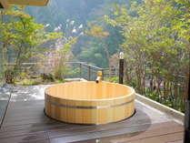 2017年リニューアルした貴賓室桶風呂。爽やかな風の通る見晴らしのいい露天風呂です。