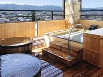 *四季折々の自然が楽しめる開放的な展望露天風呂
