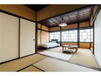 2階は寝室が2間(最大7名宿泊可能)。間仕切ることも、仕切りを外すことも可能です。