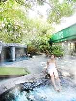 【露天風呂】ゴムの木が茂る露天風呂は南国情緒そのものです♪