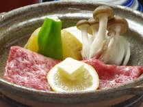 ご当地ブランド和牛「熊野牛」の陶板焼きです。焼きしゃぶ風でお楽しみください。