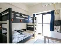 【二段ベッドルーム】日当たり良好、明るい室内です。(遮光カーテン付き)