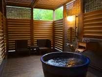 森の中の露天プレミアムルームは源泉掛け流しの美肌の湯を自然の景観と共に露天で楽しめます(一例)