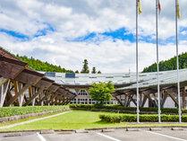 *外観/大きな屋根と木造建築が印象的なホテル兼クラブハウス。